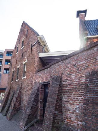 """Bild: Die Mauer des Hauses """"Achter de Muur"""" hinter dem Dolhuis in Groningen"""