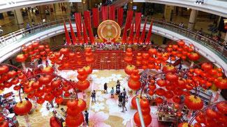 Bild: Blick in ein Kaufhaus in Kuala Lumpur, dass für das bevorstehende chinesische Neujahrsfest geschmückt ist.