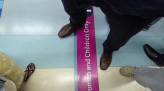 Bild: Die lila Grenze in der Metro in Dubai