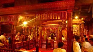 Bild: Pilgerer wollen im Tempel den Zahn des Buddhas sehen.