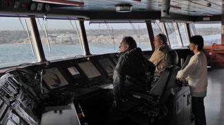 Bild: Auf der Brücke des Containerschiffes bei der Einfahrt in den Hafen von Marsalokk auf Malta