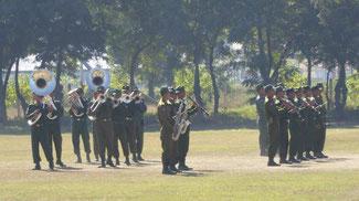 Bild: Militärkapelle auf dem Flughafen in Mandalay