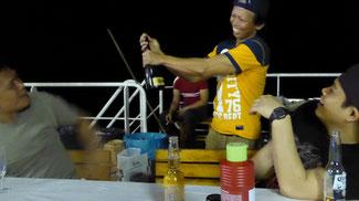 Bild: Lustige Feier mit Karaoke auf dem Segelboot bis in die Nacht hinein.
