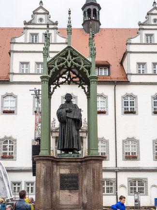 Bild: Das Lutherdenkmal auf dem Markt der Lutherstadt Wittenberg