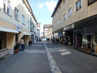 Bild: Bahnhofstraße in Immenstadt. Zwischen den Häusern Bahnhof-straße 13/Nordeingang und Bahnhof-straße 4 stand ehemals das Lindauer Tor auch Staufner Tor oder Schol-lentor genannt.