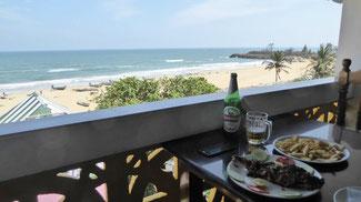 Bild: Leckeres Essen im Restaurant mit Meerblick am Strand von Chennai