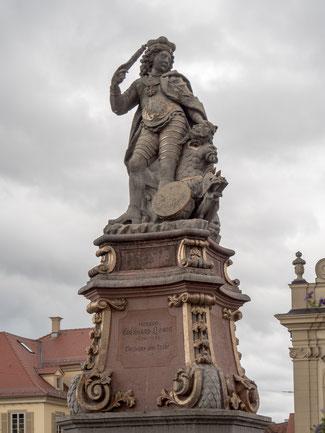 Bild: Statue am  Marktbrunnen von Lauenburg