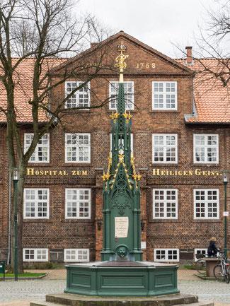 Bild: Schlossplatz in Rendsburg mit dem alten Brunnen der an das vom Grafen Gerhard III. bestätigte Stadtrecht erinnert.