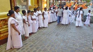 Bild: Eine Gruppe Frauen mit Down-Syndrom warten auf den Segen.