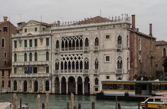 Bild: Der Palast Ca´ d´Oro (Goldenes Haus) am Canal Grande in Venedig