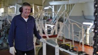 Bild: Rainer mit Kopfhörern im Maschinenraum