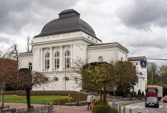 Bild: Das Stadttheater wurde 1901 für 277.000 Goldmark als Stadthalle auf der zugeschütteten Wasserverbindung zur Obereider errichtet.