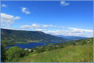 Blick über den Slidrefjorden zum Jotunheimen