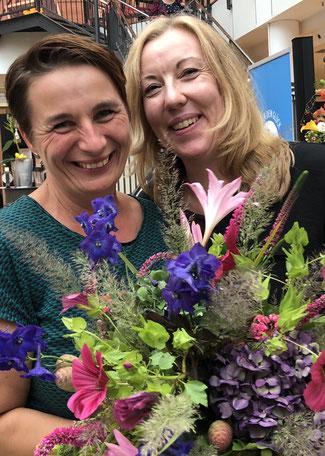 """Foto: Petra Schweim - Kirsten Adamzik (Blumen Graaf) und Christine Pommerehne  (BLUME 2000) freuen sich über das tolle Projekt """"Pflück dein Glück""""."""
