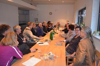 FDP-Vertreter und die Mitglieder der Bürgerinitiative Gemeinschaft Pro Umwelt diskutieren über die geplanten Windkraftanlagen