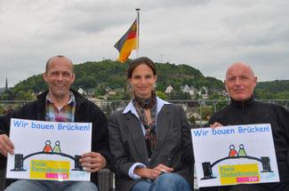 Christina Steinhausen, Alexander Buda (links) und Ulrich van Bebber freuen sich, dass der FDP-Landesparteitag eine Machbarkeitsstudie für die Rheinquerung zwischen den Kreisen Neuwied und Ahrweiler beschlossen hat.