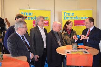 Alexander Graf von Lambsdorff (rechts) diskutierte mit zahlreichen Gästen und den FDP-Vertretern im Kreis Ahrweiler (von rechts nach links) Christina Steinhausen, Ulrich van Bebber, Hellmut Meinhof und Ralf Kössendrup über die Flüchtlingspolitik.