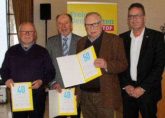 Ewald Edinger, Rainer Jung und Hans-Artur Bauckhage wurden vom Kreisvorsitzenden Christof Lautwein (von links) für ihre langjährige Parteizugehörigkeit geehrt.