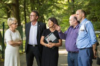 Alexander Buda und Uwe Steiniger zeigen Staatssekretärin Daniela Schmitt die Chancen der Region auf