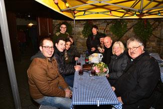 Erika Hostert (2. von rechts) freute sich über den Besuch der Freien Demokraten (von rechts) Ralf Kössendrup, Ulrich van Bebber, Rudi Josten, Christina Steinhausen, Stephan Kirchharz und David Jacobs.