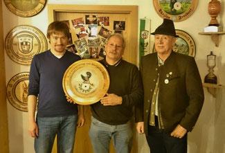 von links: Schützenmeister Voggenauer Richard, Aicher Johann mit der gewonnenen Scheibe, Michel Wolfgang (©Dani)
