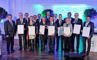 Die nominierten Unternehmen wurden von Umweltminister Franz Untersteller (ganz links) mit einer Urkunde geehrt, CSR-Managerin Hilke Patzwall (4. von links) nahm die Auszeichnung für Vaude entgegen © Vaude