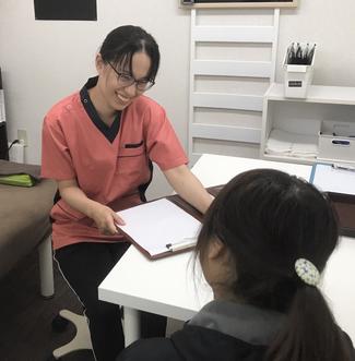 松山市の肩こり整体あい整体院では、女性の先生が肩こりについてお話をしっかりとお聞きします。