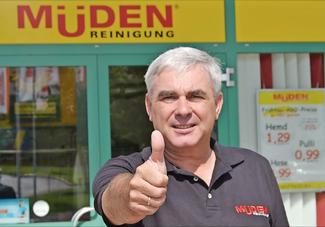 Bild des Monats Juni 2016, Volker Müden vor der Filiale Saarbasar, Echt verlockend