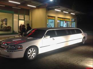 Bild des Monats März 2016, XXL-Limousine vor der Filiale Saarbasar