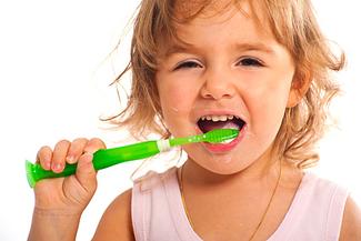 Bis zum Grundschulalter sollte die Zahncreme ihres Kindes zu etwa 0,05 % Flouride enthalten