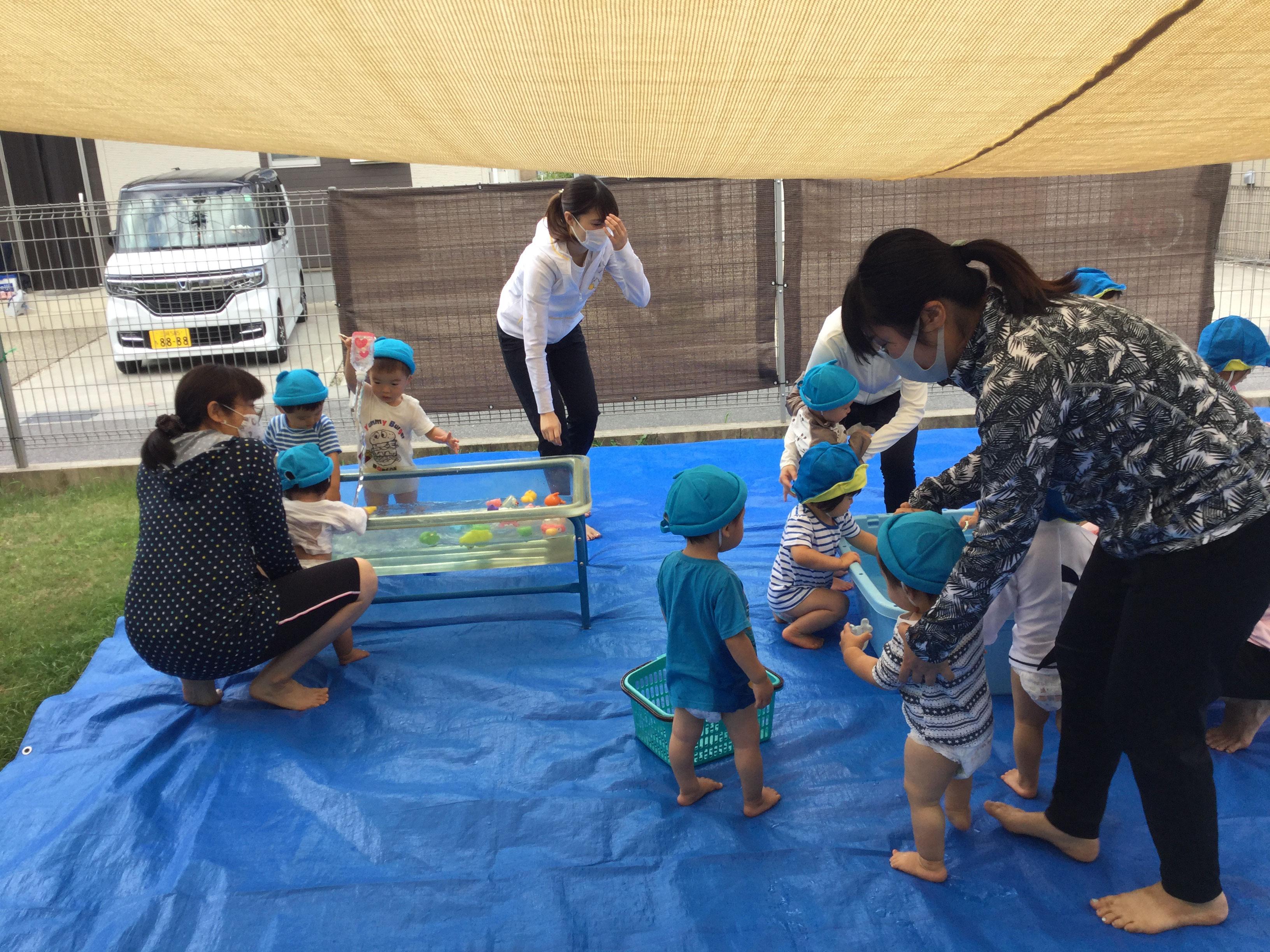 みんな、水遊びが好きなようで、いろいろなおもちゃを使って,水遊びを楽しんでいました。