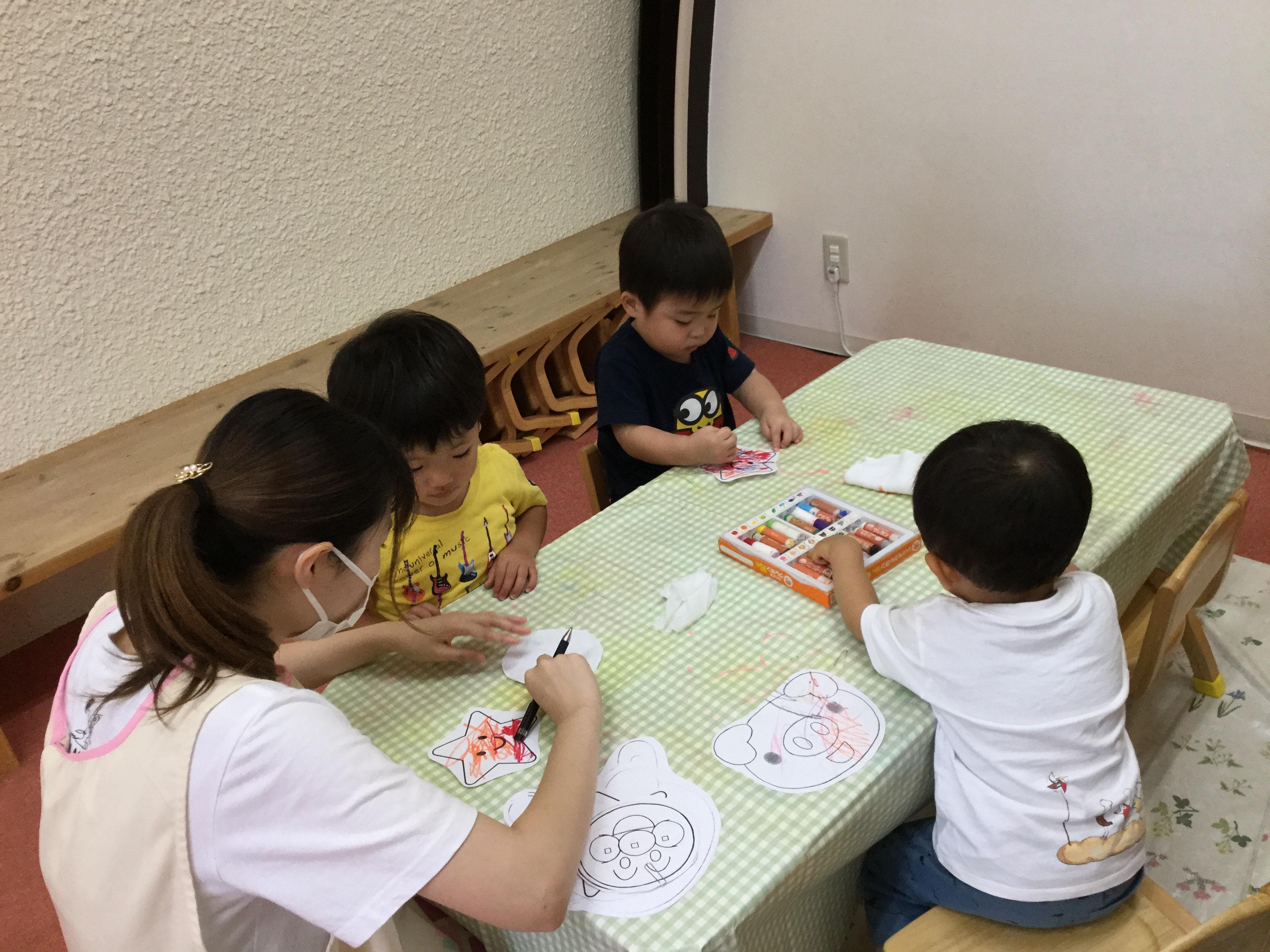 コーナー遊びは、保育室をいくつかのコーナーに区切って、子どもが主体的に取り組みたいと思うような遊具や教材を取り入れた環境を作り、そのエリアで遊ぶ活動です。