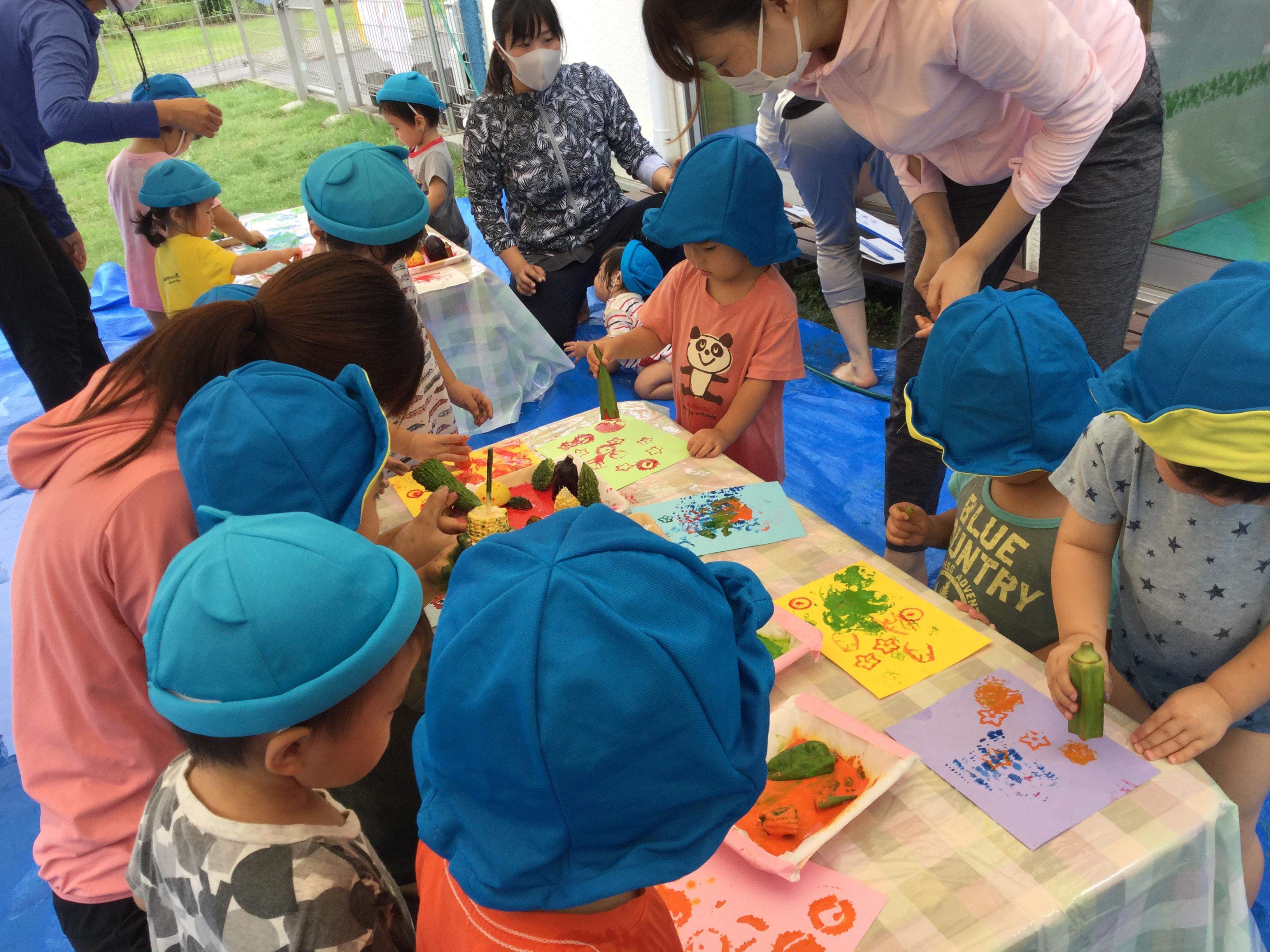 ピーマン、とうもろこし、オクラ、ゴーヤなど、いろいろな野菜をスタンプして遊びました。