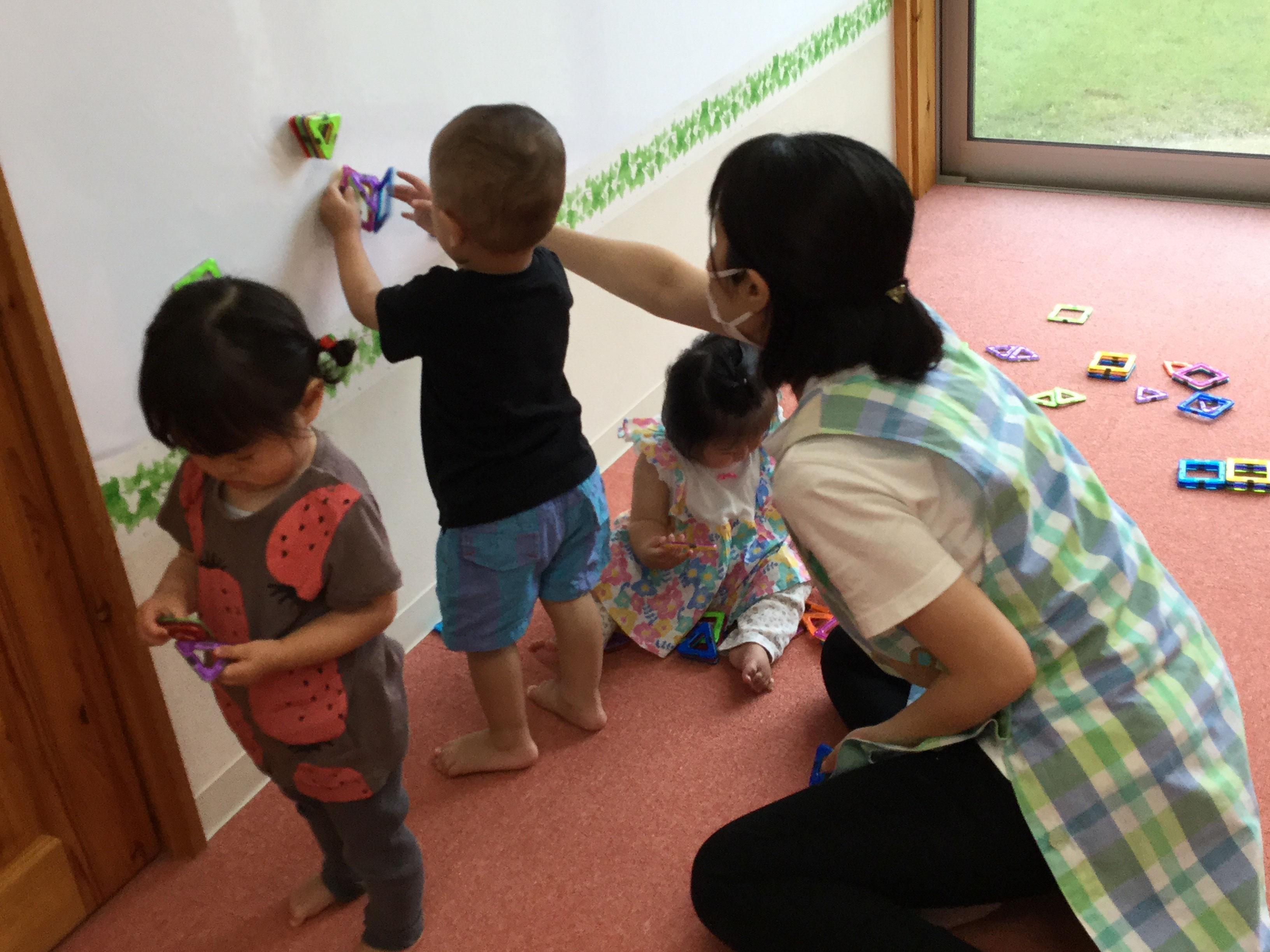 お絵かきやシール貼り、ぬりえ、マグフォーマー、階段やマットの  中で、子どもが遊びを選んで、遊んでいました。