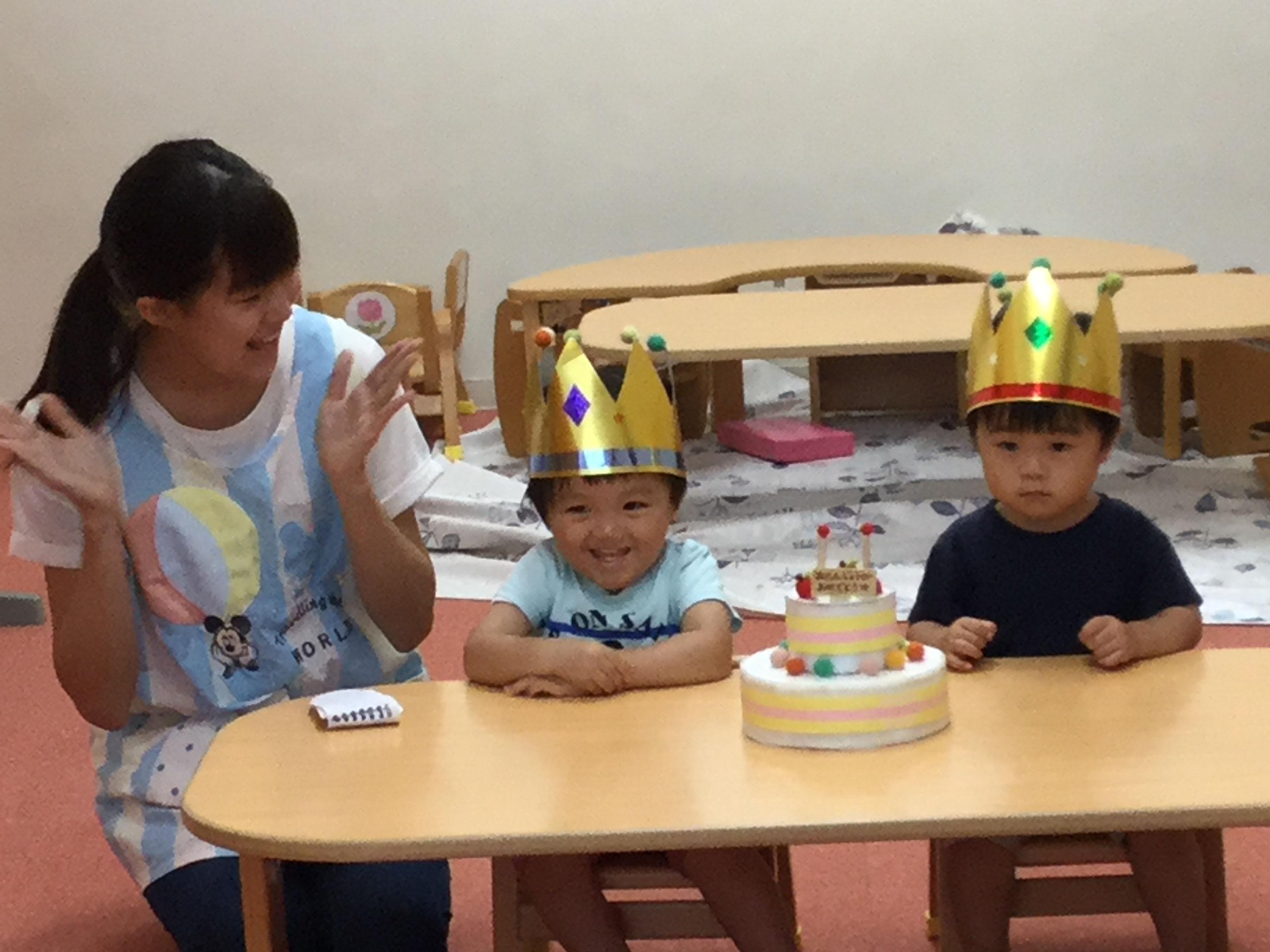 今日は、ひかりぐみのたいしくんとなおとくんの、お誕生日会をしま した。たいしくんは19日で2歳、なおとくんは今日で2歳になりました。みんなから、ケーキと♪ ハッピーバーズデイ  ♪  の歌のプレゼント。  たいしくん、なおとくん、2 歳のお誕生日おめでとう !