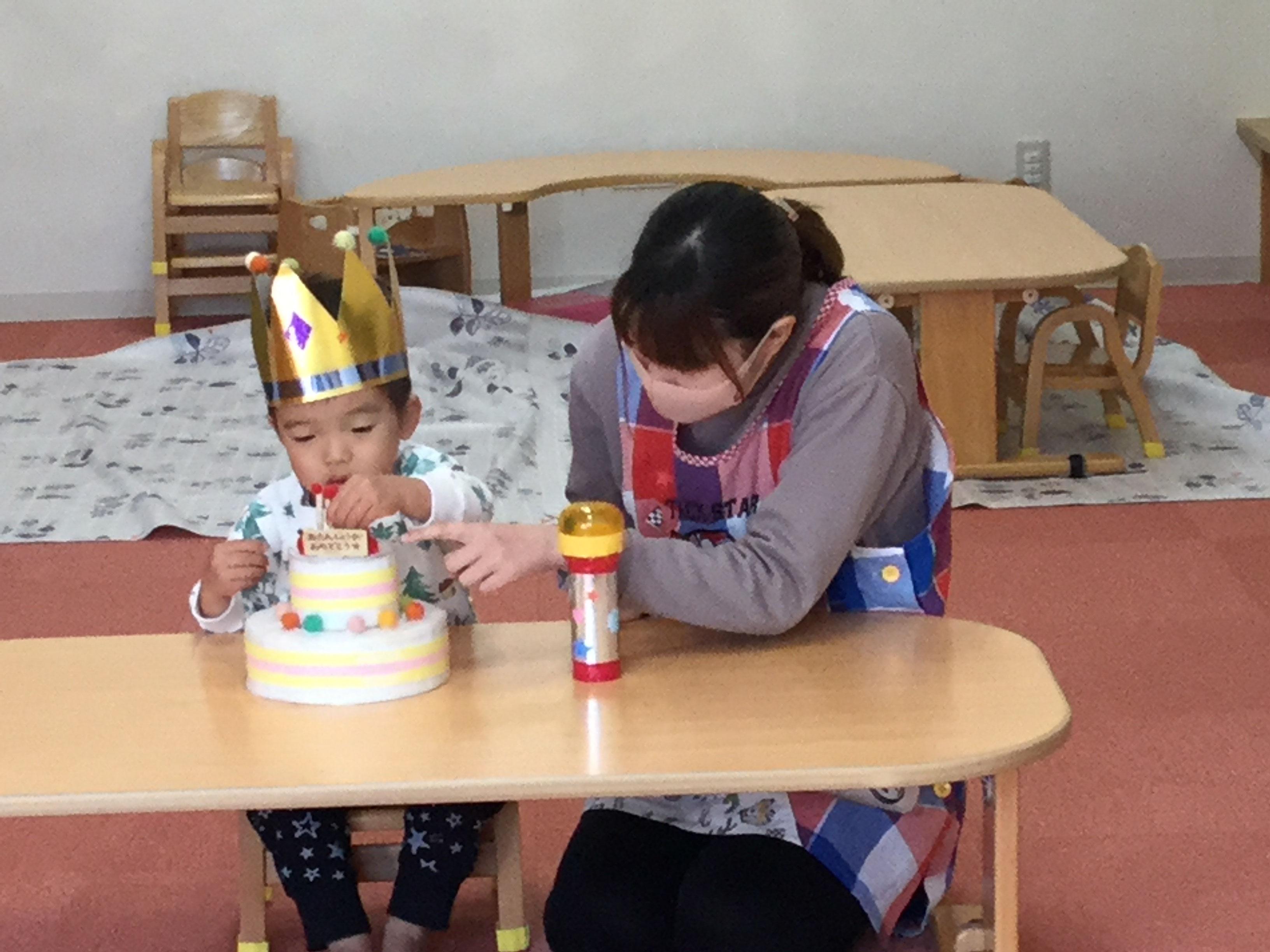 今日は、ほしぐみのいつきくんのお誕生日会をしました。いつきくんは、3日で3歳になりました。みんなから、♪ハッピーバーズディ♪の歌とケーキのプレゼント。お誕生日おめでとう !