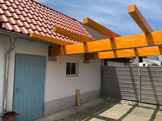 Dachsanierung von einem Schuppen in Balingen und Auflager für die Trägerbalken einer Überdachung wurden betoniert.