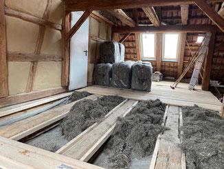 Trennwand mit großer Durchgangsöffnung in der Ferienwohnung Dormettingen. Farbanstrich mit Kreidezeit Standölfarbe in weiß.