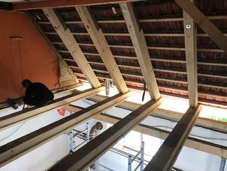 Hier wurde über Jahre nichts am undichten Dach unternommen. Der neue Besitzter hat nun das nachsehen. Sanierung der Sparren und Balkendecke an einem Kehlbalkendach in Balingen - Zillhausen