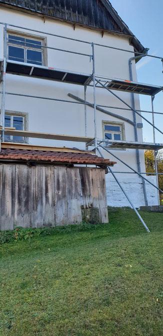 Eingerüstetes Haus in Haigerloch Gruol, das mit Sumpfkalk angestrichen wird