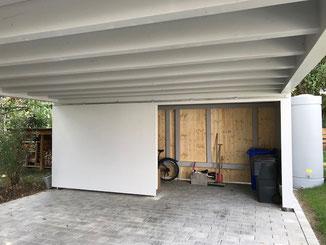 Detail Geräteraum mit Schiebetor am Carport in Balingen. Holzkonstruktion mit Standölfarben behandelt.
