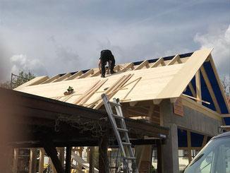 Dachverschalung mit Rauspundbretter. Sichtbarer Dachüberstand mit Fichte 3-Schicht Platten verkleidet.