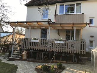 Terrassenüberdachung in Balingen. Holz - Stahl Konstruktion . Bedachung mit Glasplatten.