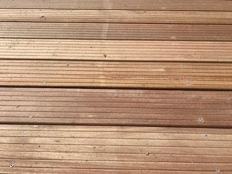 Es gibt verschiedene Holzsorten für einen Terrassenbelag. Hier in diesem Foto ist es Bangkirai. Je nachdem ob frei bewittert oder nicht kann man sich für den richtigen Belag entscheiden.