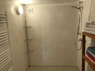 Tadelakt Kalkputz im Duschbereich unserer Ferienwohnung in Dormettingen. Wasserabweisender Kalkputz. Alternativ Kalkglätte geseift.