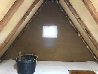Dachboden - Dämmung der Decke zum Wohnraum - Giebelwände mit Lehm verputzt.