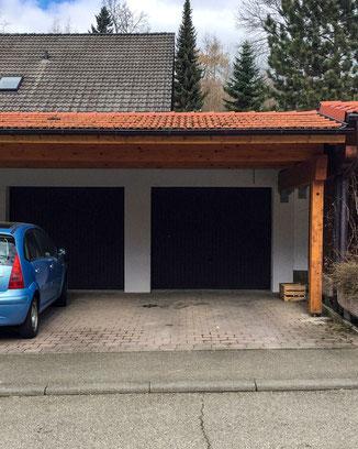 Überdachung aus Holz vor Garage