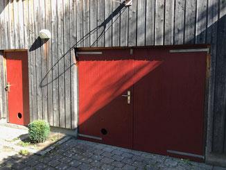 Holztüren mit Standölfarbe in Ochsenblutrot neu gestrichen