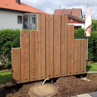 Sichtschutz aus Holz mit einbetonierter Stahlkonstruktion