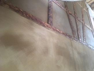 Fachwerk Ausfachungen mit Lehm verputzt. Fachwerkbalken geölt